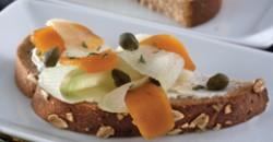 Μαύρο ψωμί με τυρί κρέμα και αυγοτάραχο